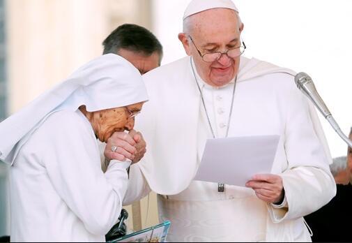 教皇拒绝信众亲戒指引尴尬.jpg
