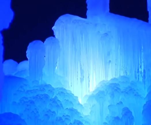 展现冬天美丽的冰雪城堡.png