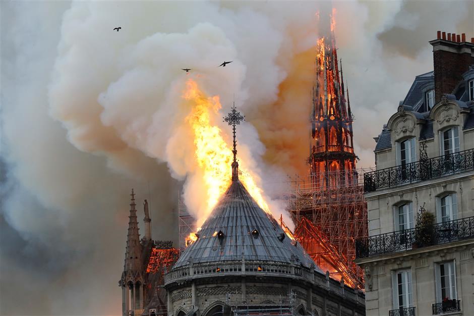 巴黎圣母院大火 塔尖倒塌,玫瑰花窗损毁.png
