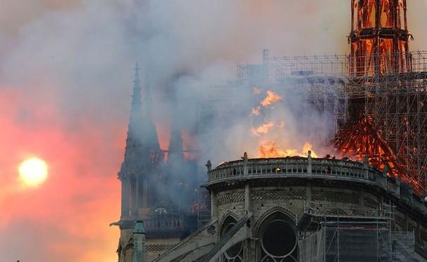 巴黎圣母院突发大火.jpg