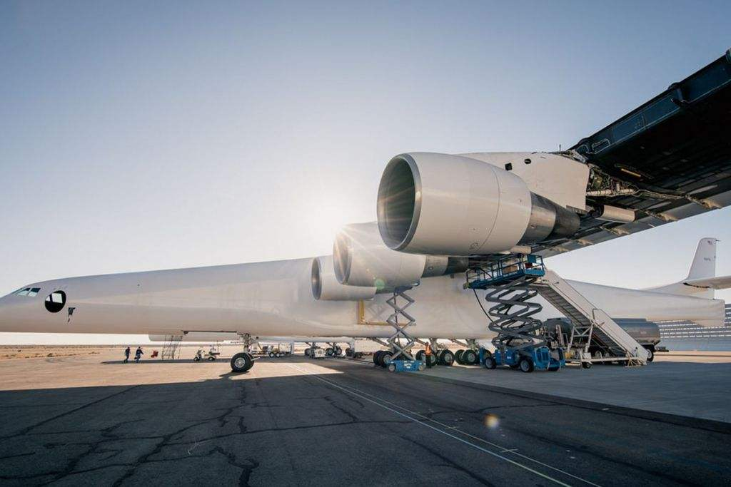 全球最大飞机首次试飞成功 未来将从半空发射卫星.jpg