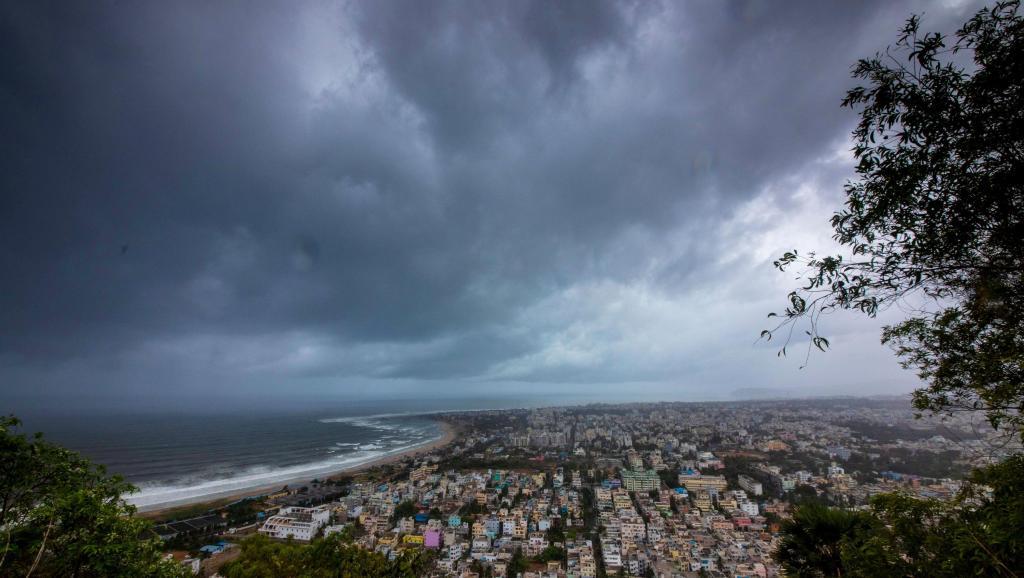 强烈飓风袭击印度东部.jpg