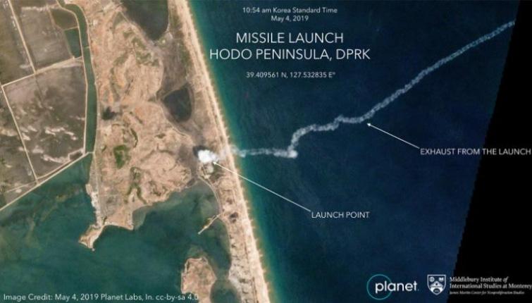 卫星图拍到朝鲜火箭炮和短程导弹发射.jpg