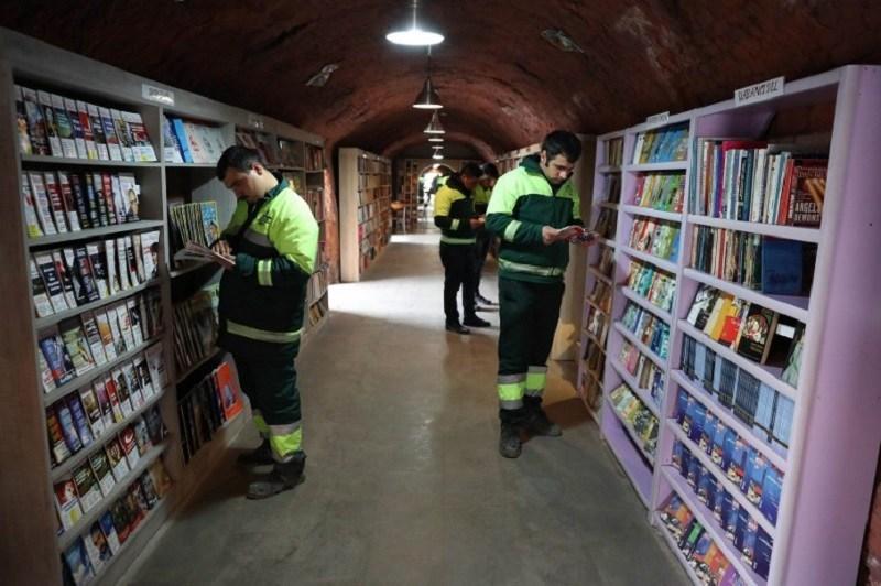清洁工用废弃书籍建造图书馆.jpg