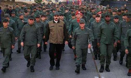 马杜罗带领军队游行.jpg