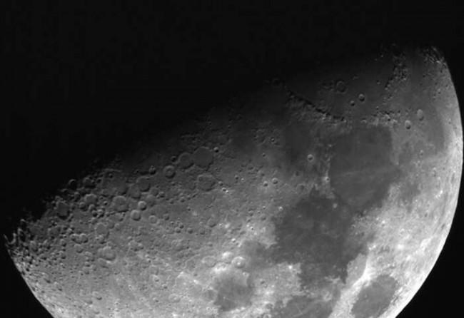 月球表面出现神秘闪光.jpg