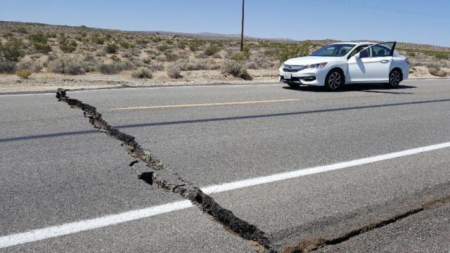 加州强震致道路断裂.jpeg
