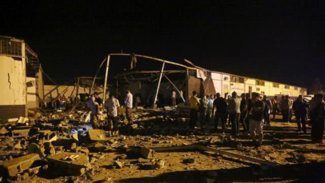 利比亚首都一移民难民拘留中心遭空袭.jpeg