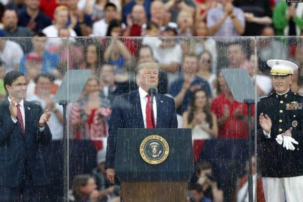 美国总统特朗普(中)4日在华盛顿的林肯纪念堂前发表独立日讲话.jpeg
