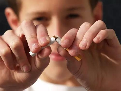 电子烟普遍流行,但青少年抽烟人数正在下降.jpg