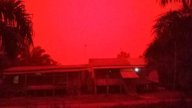 印尼占碑省的天空變成了血紅色!.jpg