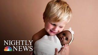 四岁男孩和娃娃照片走红网络.jpg