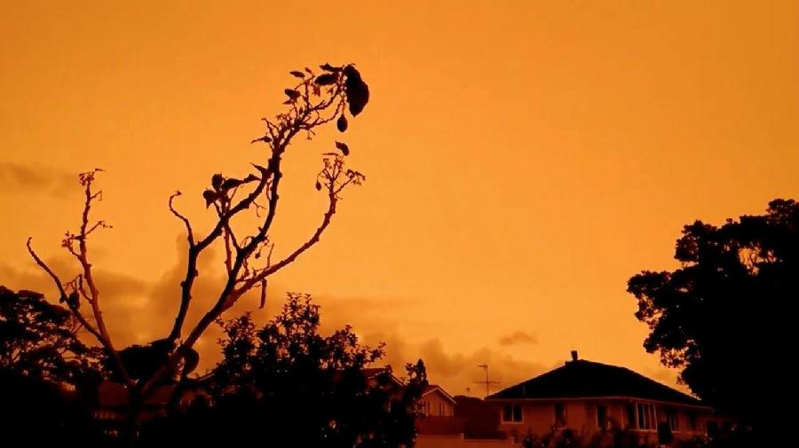 澳大利亚的山火把新西兰天空烧成了橘色.jpg