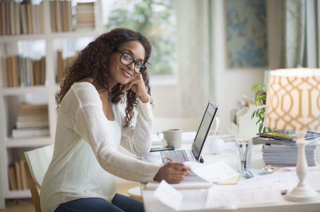 研究发现伪装积极情绪不利于工作效率.jpg