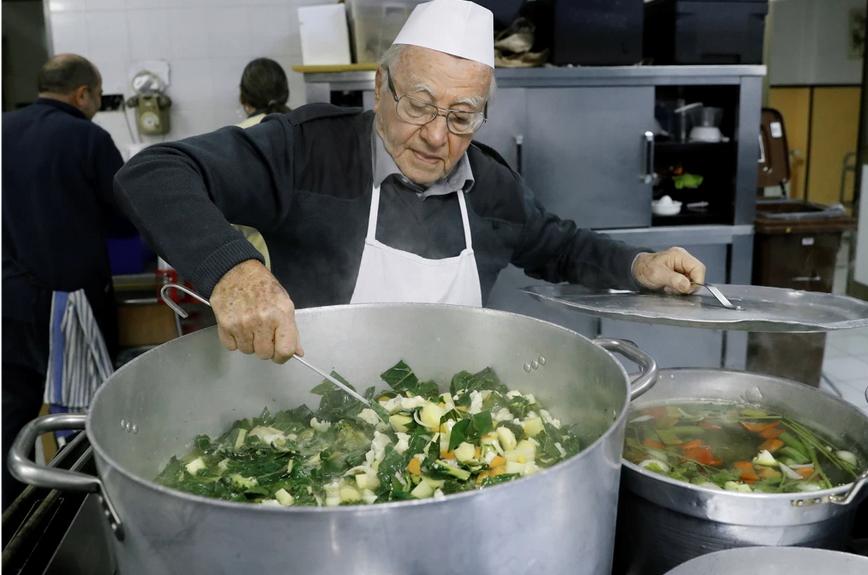 90岁厨师为罗马流浪者做饭.png