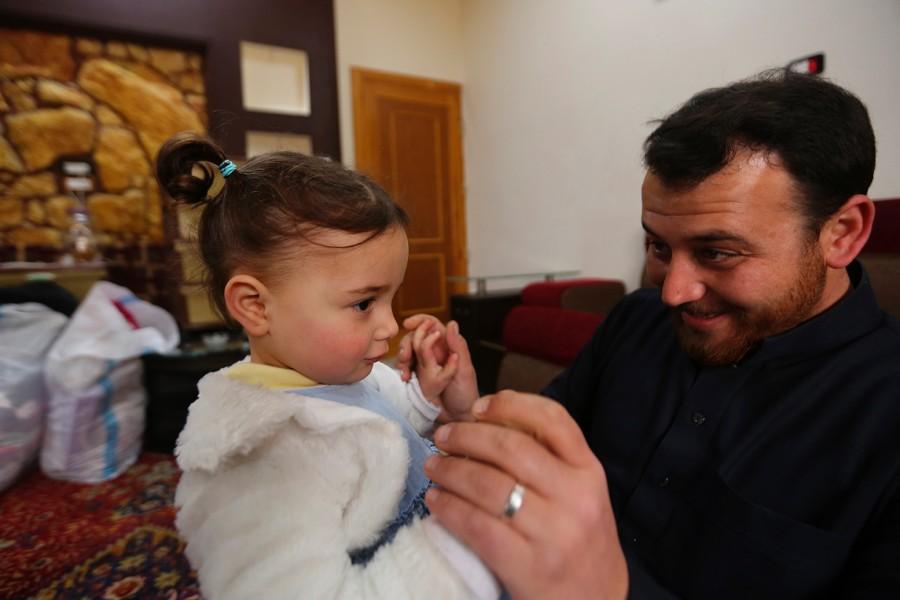 """叙利亚3岁女孩用大笑""""对抗""""炸弹.jpg"""