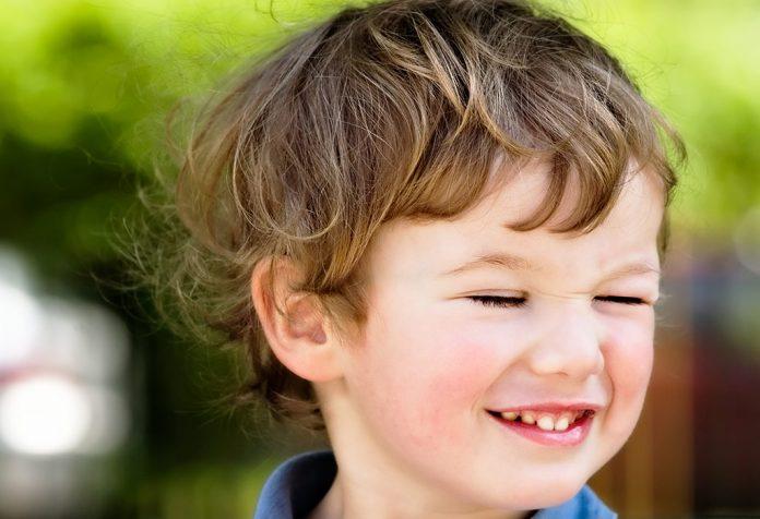 孩子經常眨眼也可能是病.jpg