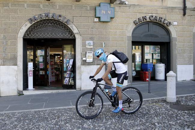 意大利自行车手为老年人送药.jpg