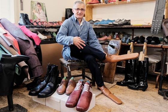 """羅馬尼亞鞋匠造出75碼的""""社交隔離鞋"""".jpg"""
