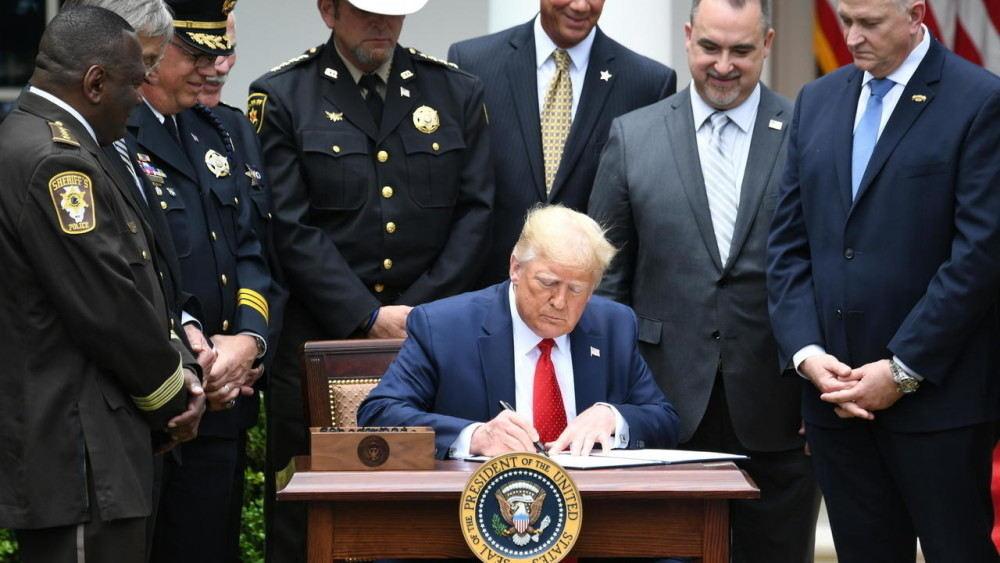 特朗普签署警察改革行政令.jpg