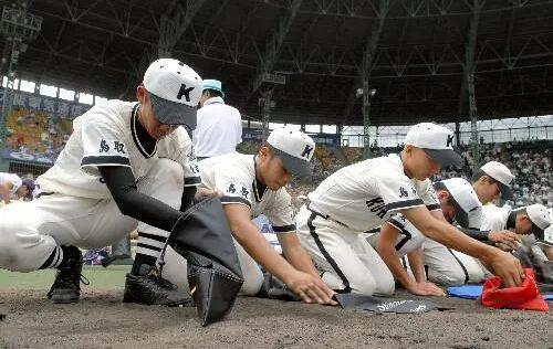 """日本年轻棒球选手获赠""""泥土""""安慰奖.jpg"""
