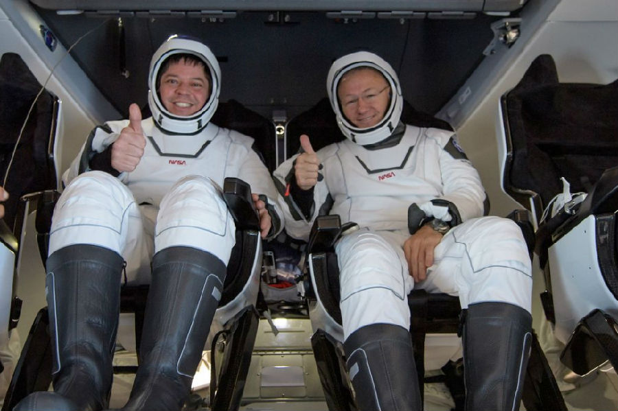 SpaceX飞船载两名宇航员返回地球.jpg