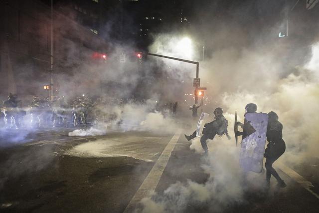 美联邦执法人员与波特兰示威者冲突不断.jpg