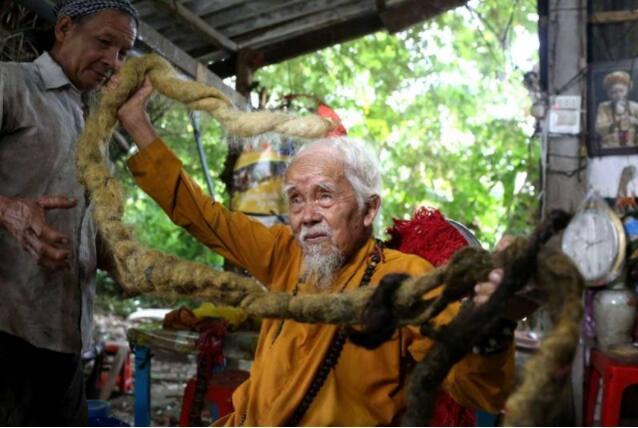 越南老人80年留5米长发.jpg