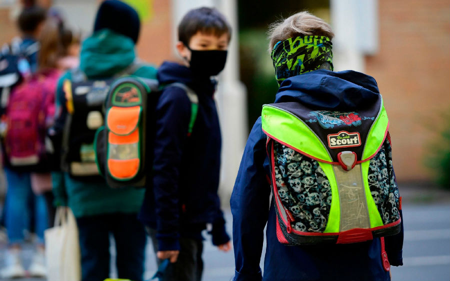 冬季抗疫需开窗通风 德国学校建议学生带毯子上学.jpg
