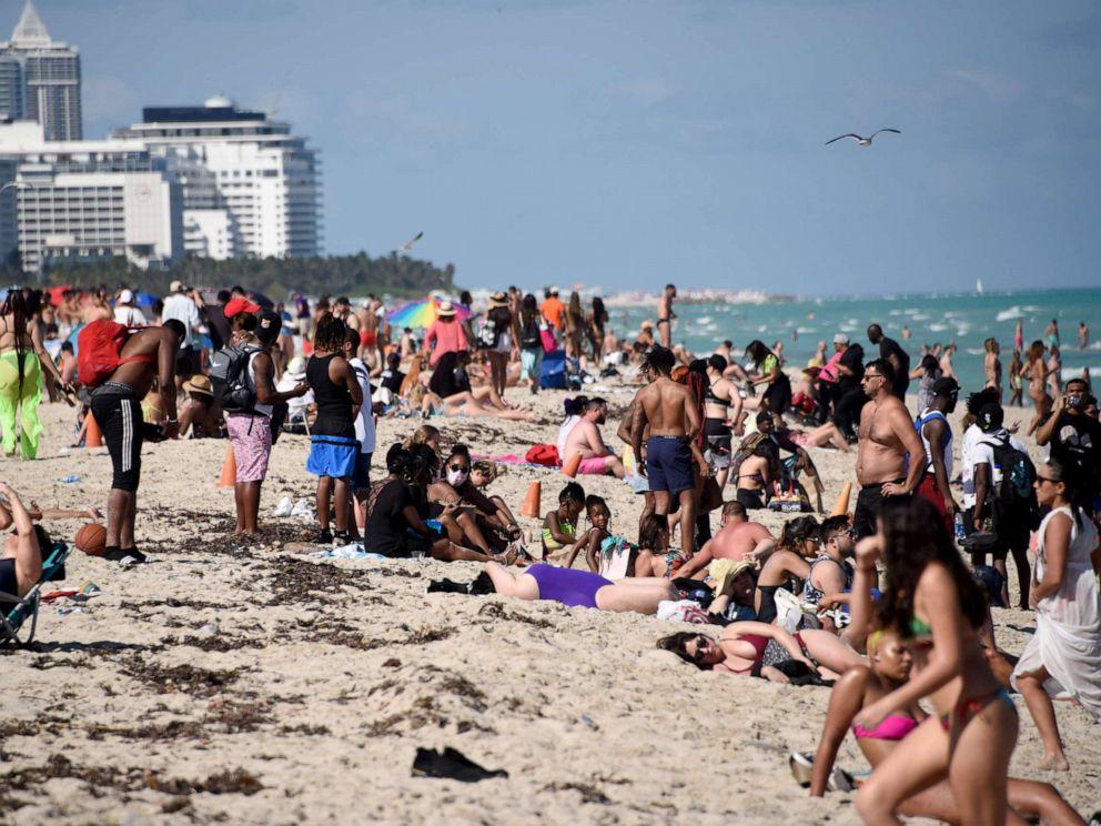 美国春假学生挤爆海滩.jpg